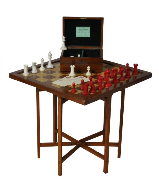Schaakset   | A 'Staunton 'Club Size' chess set in a mahogany box together with a mahogany and boxwood chess board on a stand, ivory 9.8 x 5.0 cm, signed both kings stamped 'Jaques London' and executed circa 1925
