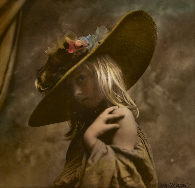 Jan Saudek | Girl with a straw hat, photo, silver gelatin print, hand colored, 31.3 x 36.0 cm, signed l.r. and executed ca. 1960-1995