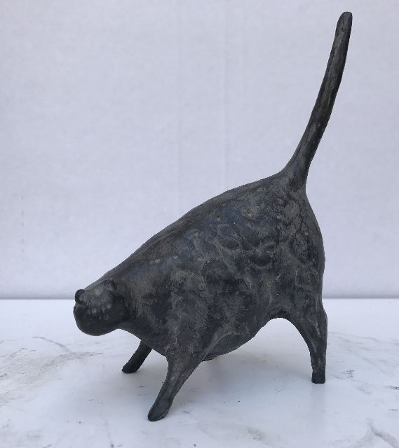Evert van Hemert | Cat 62, patinated bronze, 17.3 x 12.0 cm, signed with monogram on the belly and executed in 2014