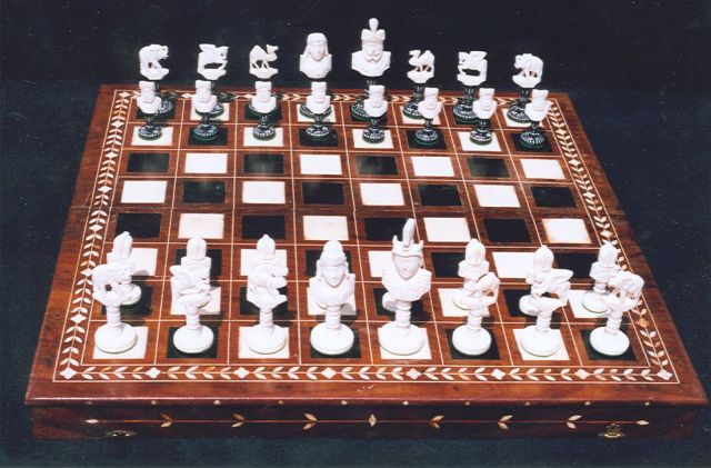 Schaakset, schaakbord/doos   | Indian carved ivory bust type chess set, together with an inlaid ivory and ebonized games board/box, bone 9.5 x 5.3 cm, second quarter 20th century